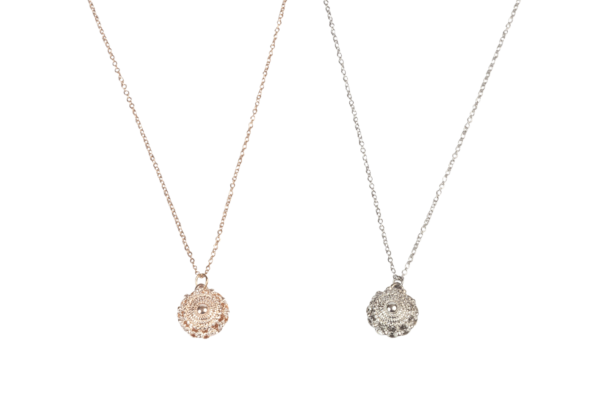 Zeeuwse knop ketting uit de Zeeuwse knop sieraden lijn van Embrace Design. De ketting is beschikbaar in zilver en rose.