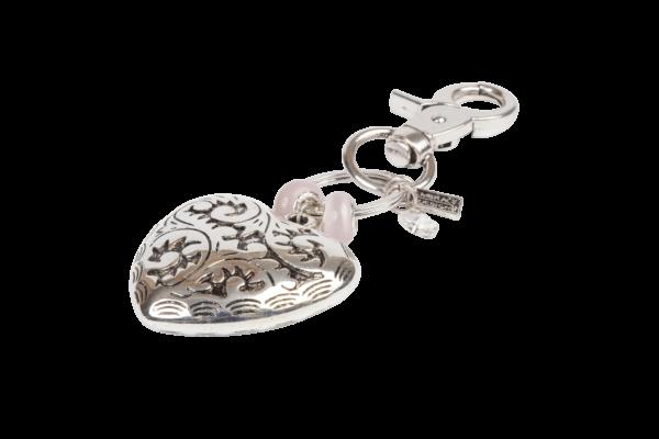 Sleutelhanger met ingegraveerd design in grote hart bedel en kralen.