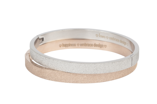 Brede bangle armband met sparkling afwerking van stainless steel met onzichtbare sluiting in zilver of rose goud.