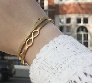 De bangle Alicia met infinity symbool gecombineerd met Julie, een smalle bangle met glitters.
