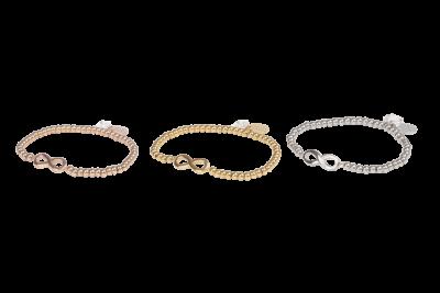 Infinity armband met stainless steel kralen en subtiele infinity bedel in het midden.